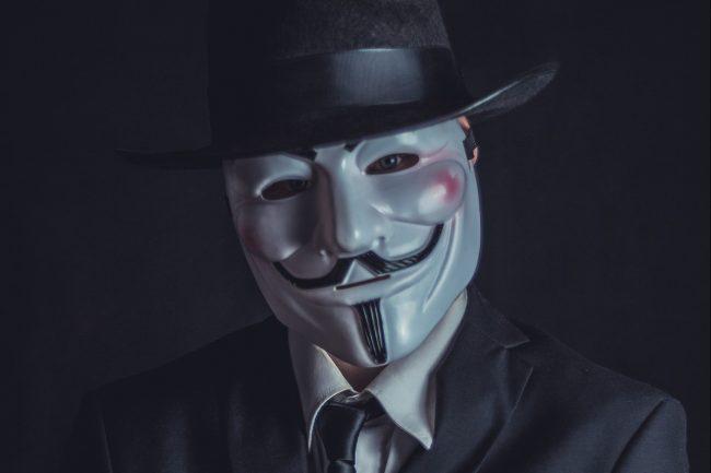 Mann hinter Maske